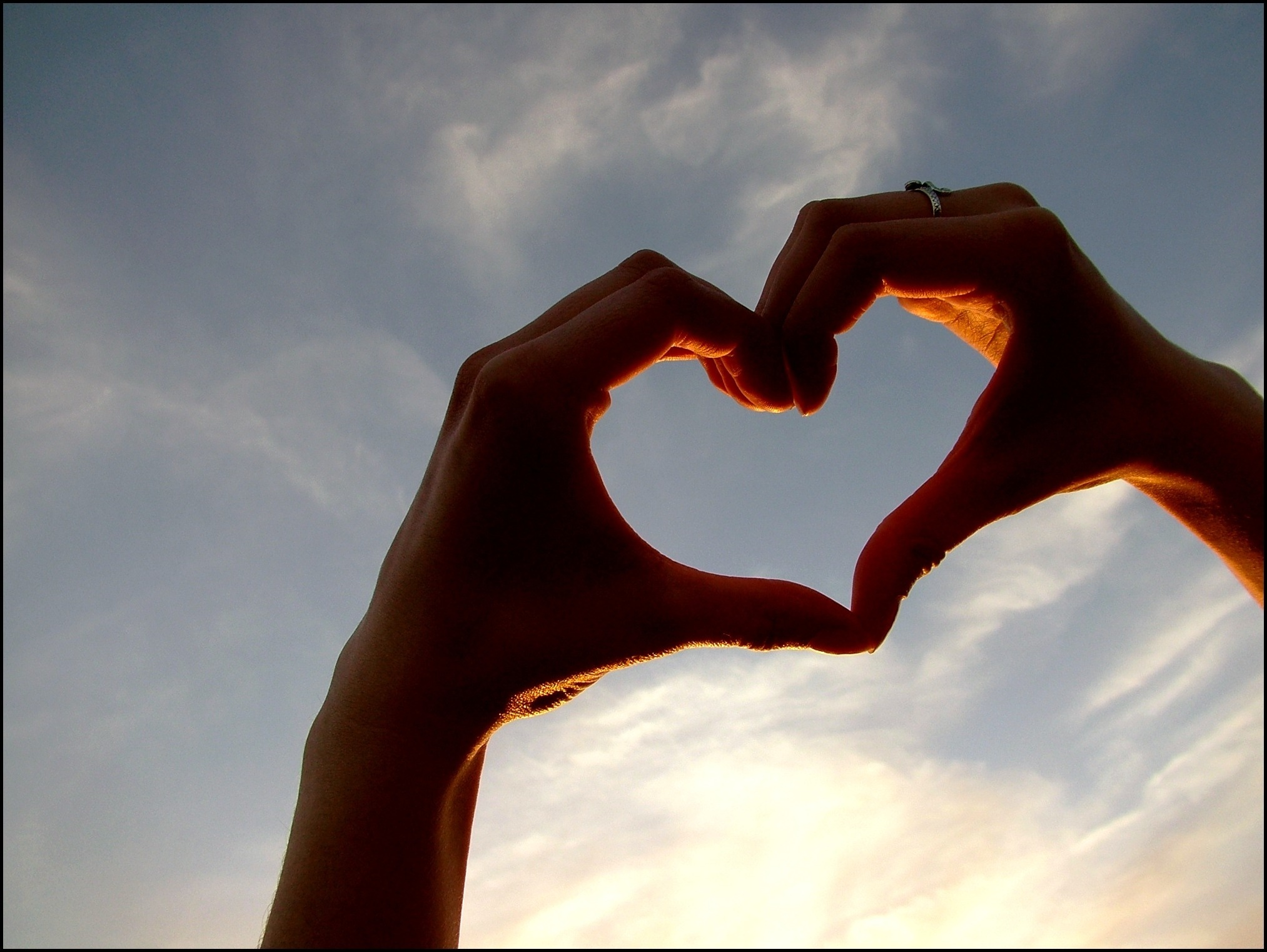Как сделать на сердце из рук
