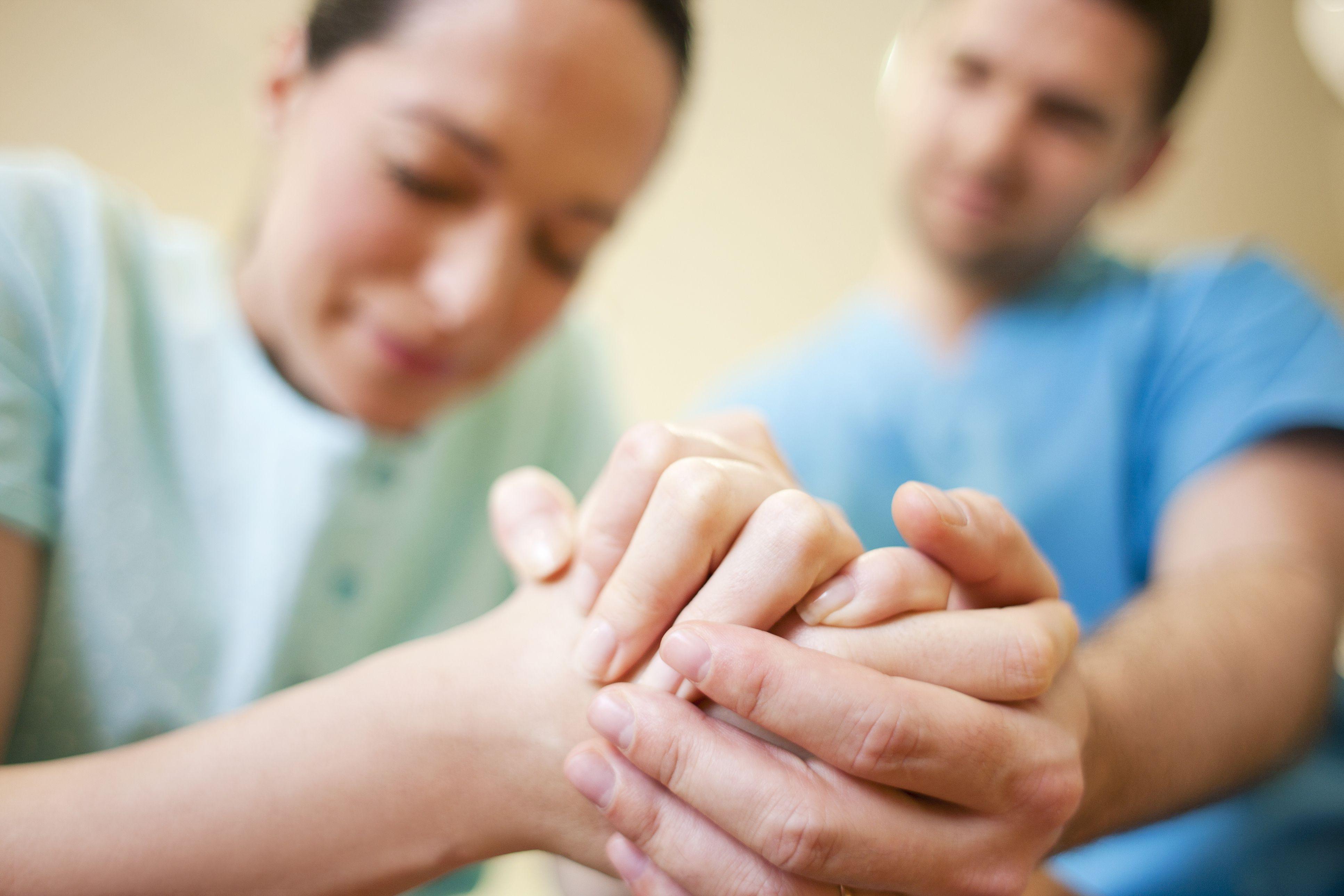 Как помочь роженице в партнерских родах?