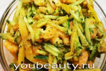 Салат с креветками и айвой