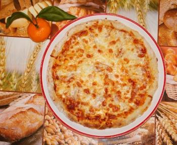 Пицца из ветчины и сыра